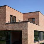 Casa din caramida rosie cu arhitectura contemporana
