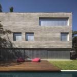 Casa cub din beton, monolit urban cu interioare vii