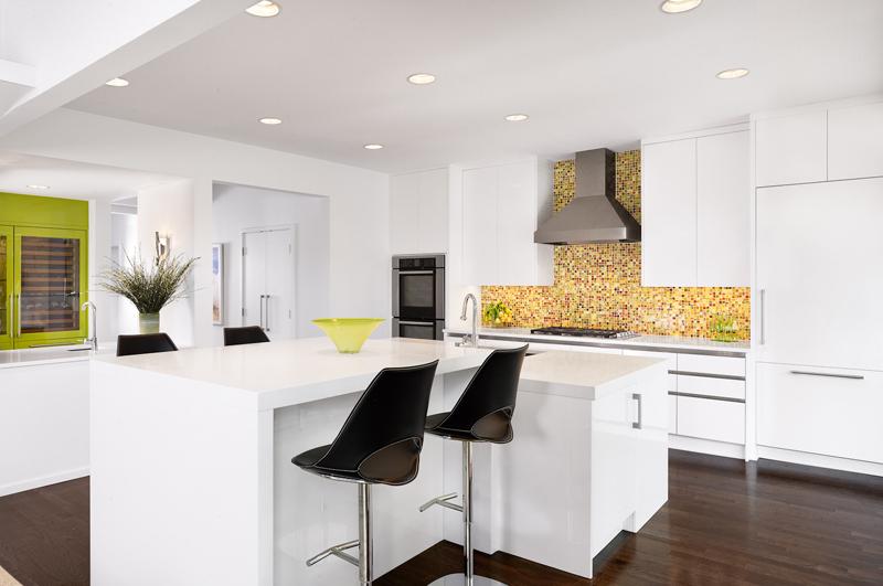 design interior bucatarie alba mozaic colorat