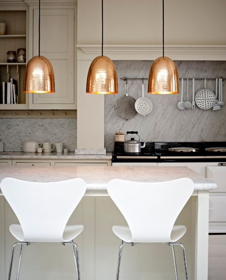design interior bucatarie corp iluminat bronz