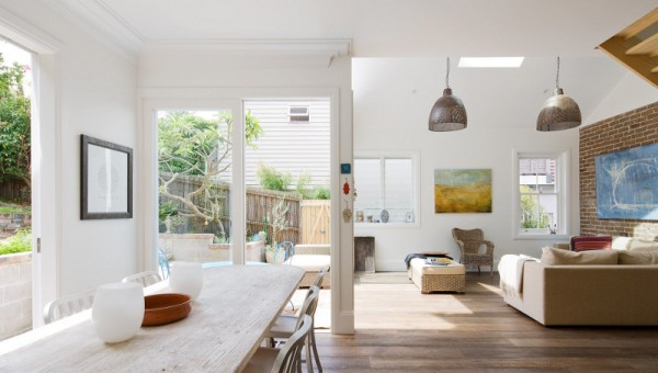 design interior living alb perete caramida aparenta