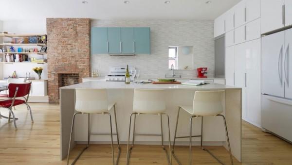 design interior bucatarie alba semineu caramida