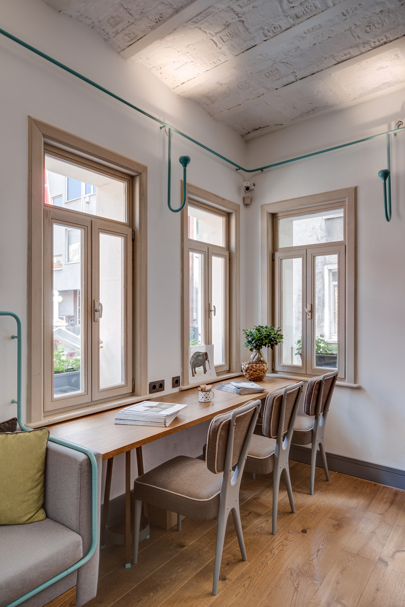 Design interior industrial pentru o cafenea mica