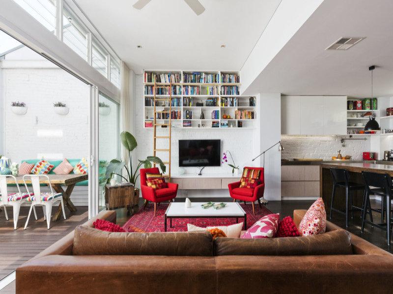 design interior apartament alb accente rosu