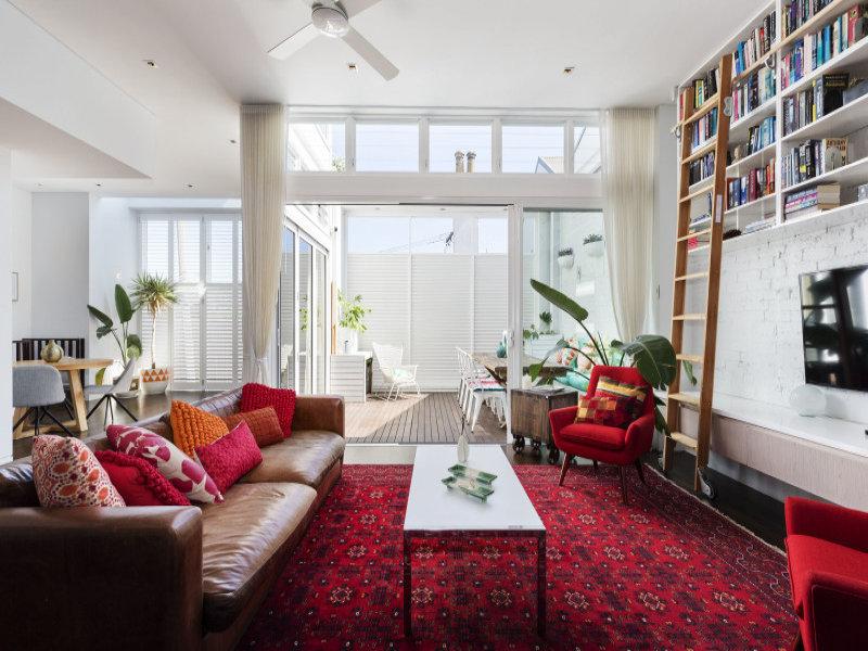 design interior living alb open space accente rosu