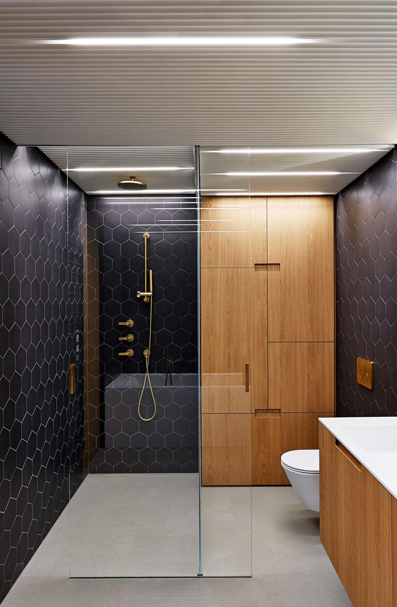 baie-design-interior-negru-alama