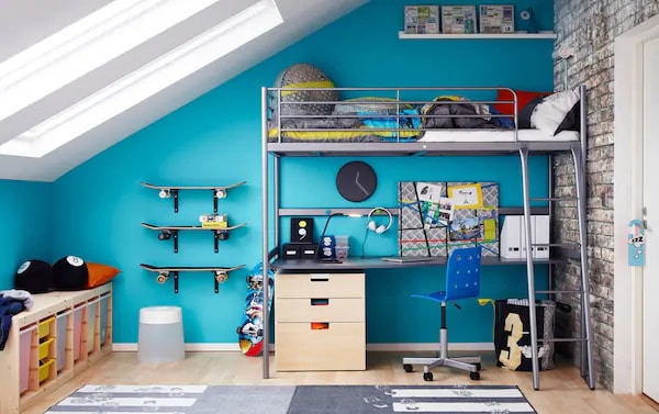 amenajarea unei camere pentru adolescenti perete albastru
