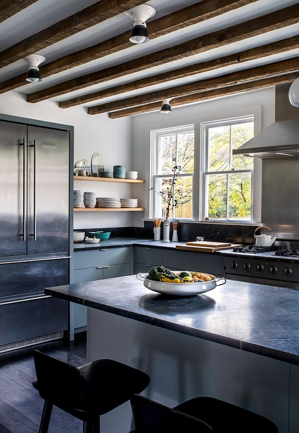 design interior bucatarie blat granit negru