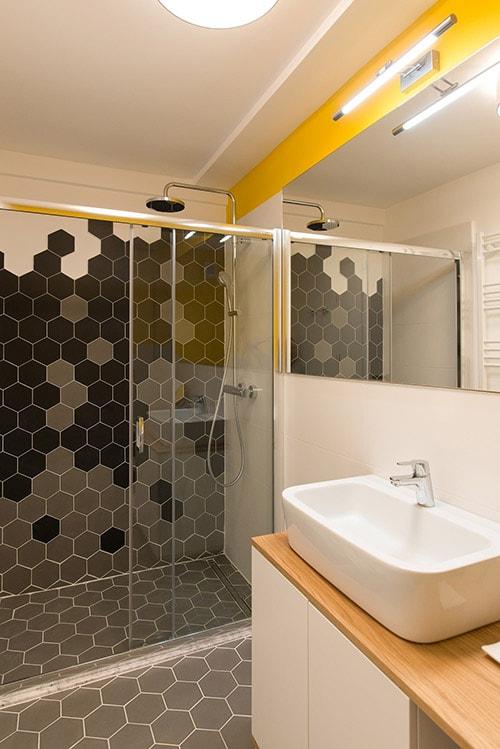 design interior baie placi hexagonale gri negru