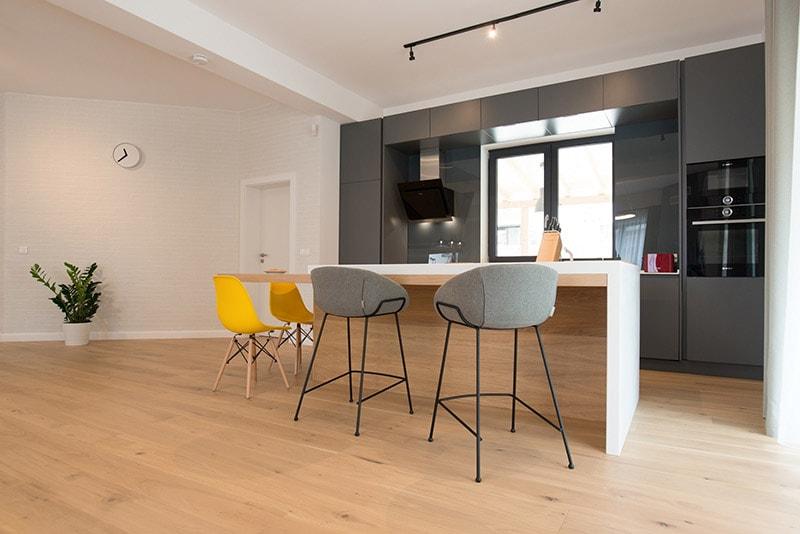 amenajari interioare cu gri design interior bucatarie open space gri inchis