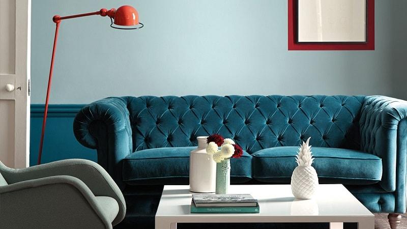 design interior turcoaz cu canapea si lampa coral