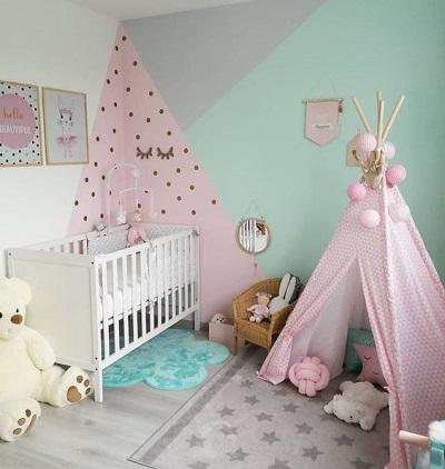 Camera de copii cu perete verde menta, roz si gri si cort roz