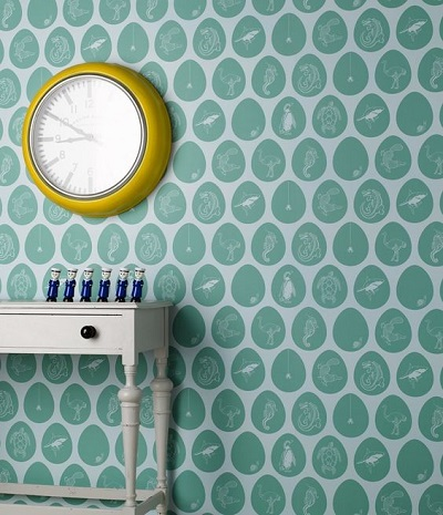 Design interior, perete verde cu ceas galben