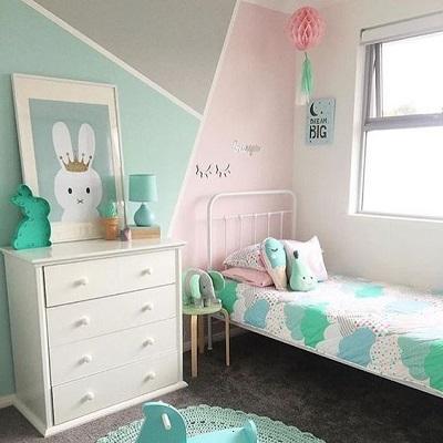 Design interior pentru camera de copii cu perete verde menta, gri, roz