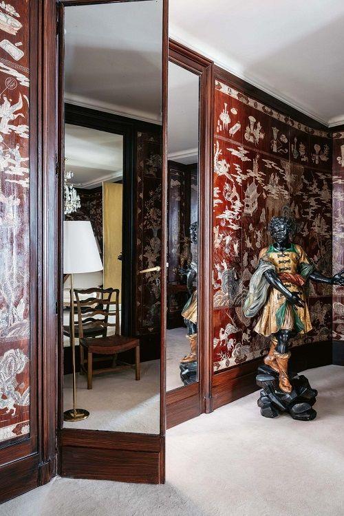 Apartamentul  Chanel detaliu usa si statuie