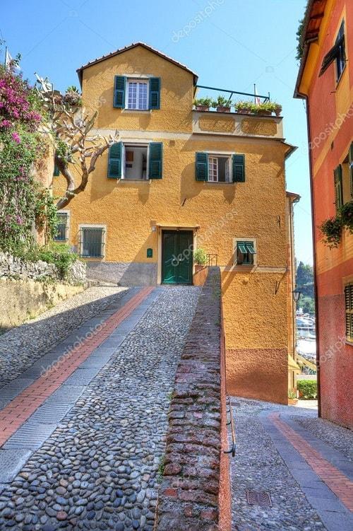 arhitectura din portofino italia cladire galbena