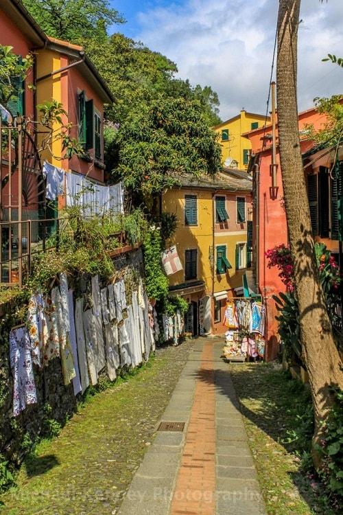 arhitectura din portofino italia strada cu casute colorate