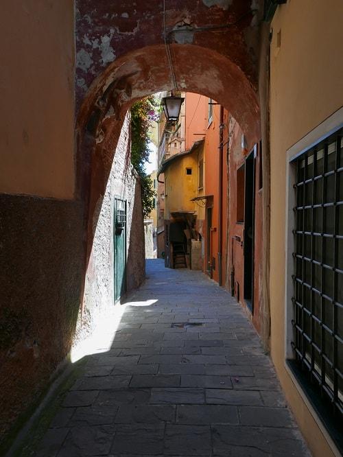 arhitectura din portofino italia straduta ingusta printre case