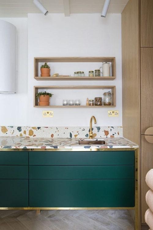 Turcoaz la amenajari interioare pentru bucatarie cu terazzo si auriu