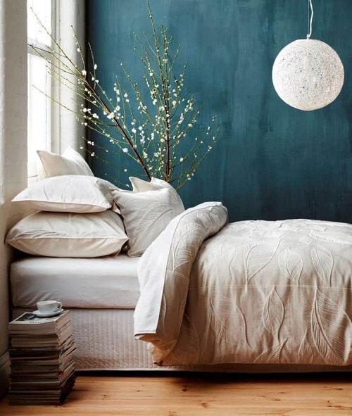 Design interior dormitor cu perete turcoaz si lampa alba