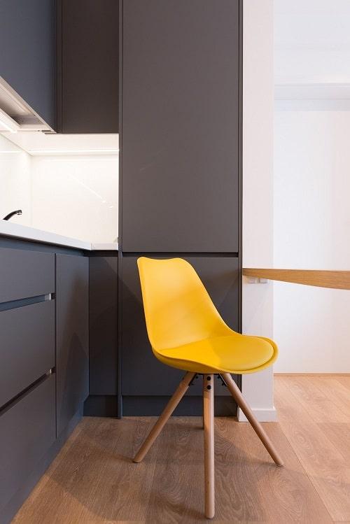 Bucatarie mica negru mat scaun galben kiwistudio