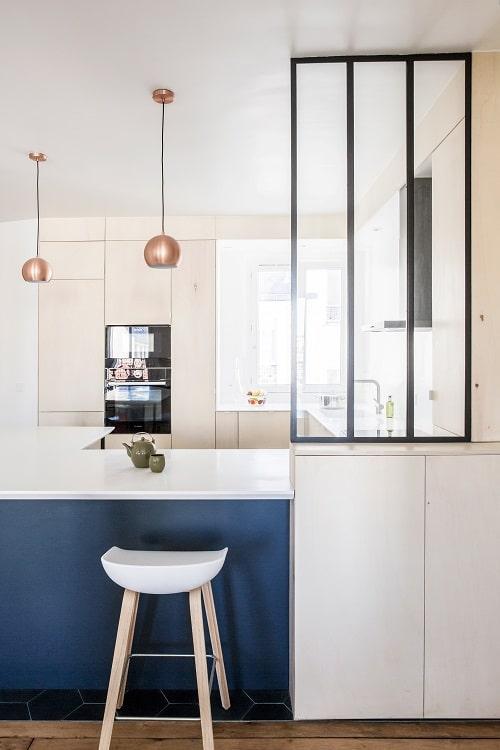 Design interior bucatarie alba cu albastru si cupru