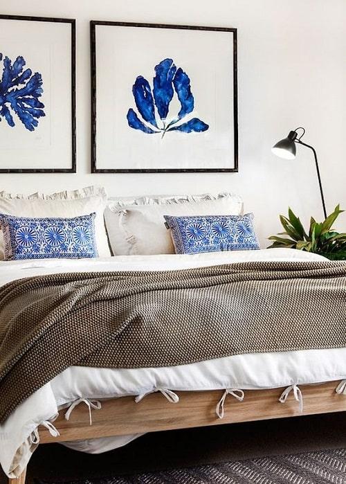 Design interior dormitor tablou albastru clasic e culoarea anului 2020