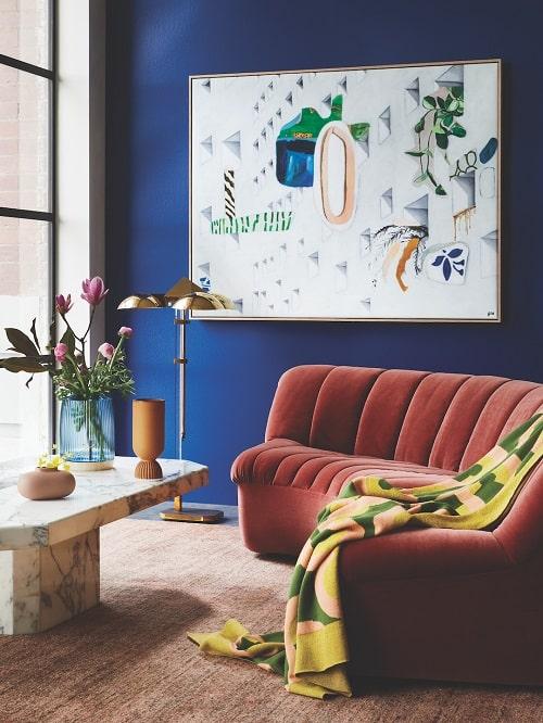 design interior pentru living modern albastru clasic cu canapea rosie