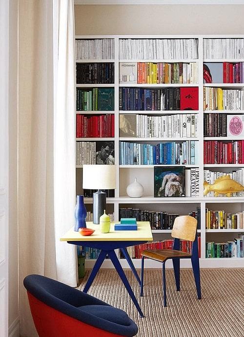 Design interior living biblioteca alba masa scaun cadru metalic albastru