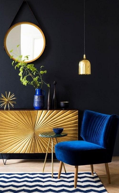 Design interior fotoliu albastru comoda aurie