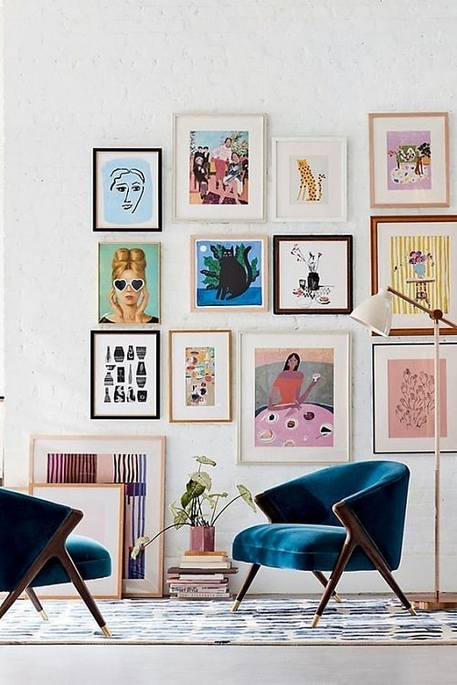 Design interior fotoliu turcoaz perete tablouri