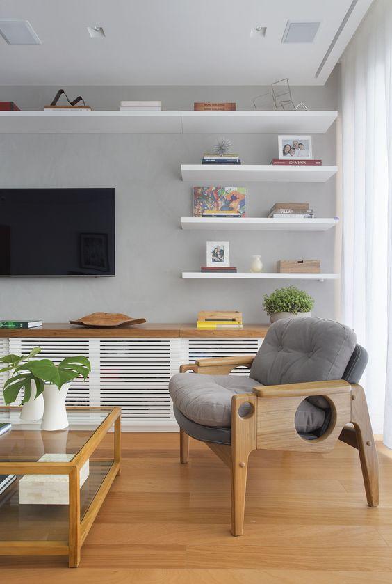 Design interior living gri cu lemn stejar si alb