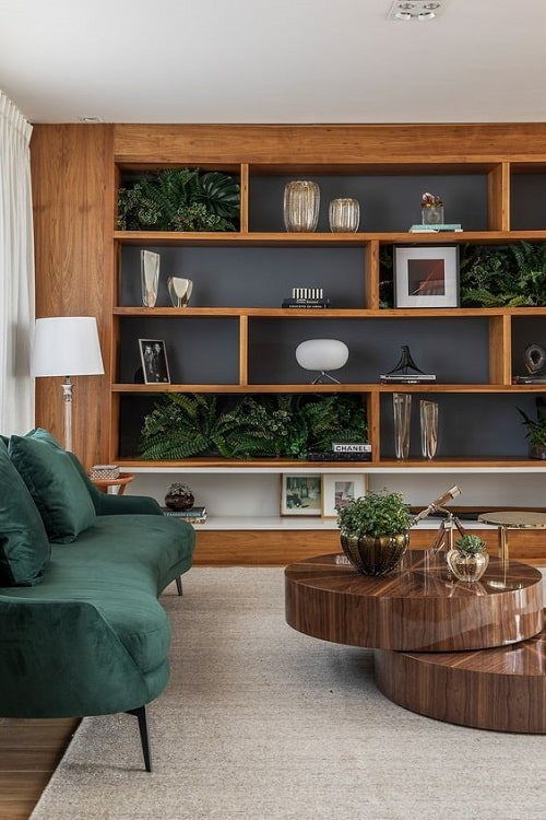 Design interior living stejar cu canapea verde catifea pentru zodia Capricorn