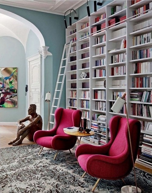 Biblioteca si statueta cu fotolii roz pentru zodia Balantei