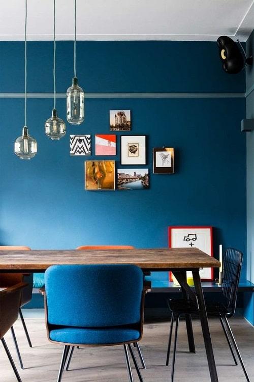 Design interior loc de luat masa perete albastru masa blat lemn