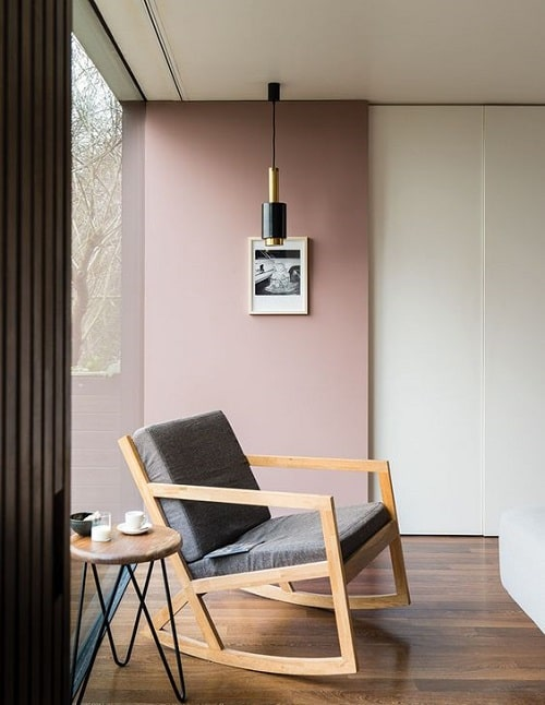 Design interior living roz pal fotoliu gri
