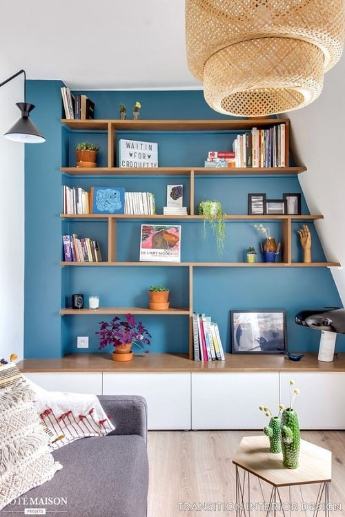 Design interior cu perete albastru si mobila alba
