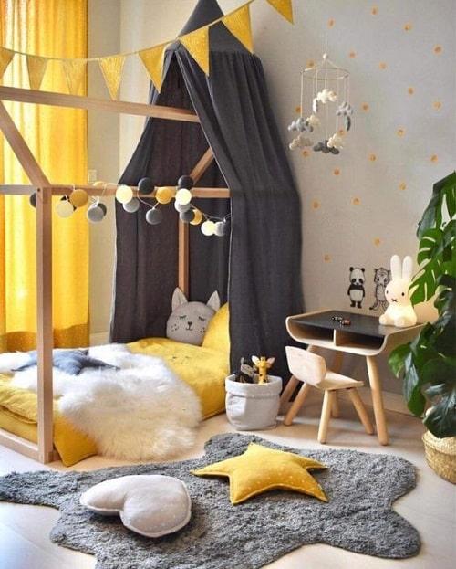 camera copil gri si galben