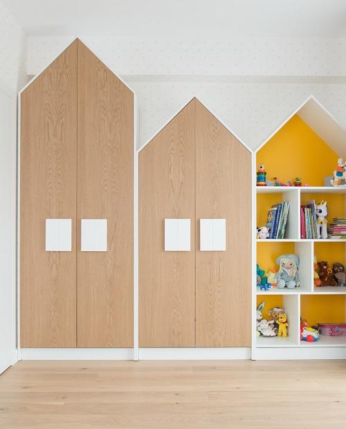 design interior camere de copii cu dulap in forma de casuta si depozitare jucarii