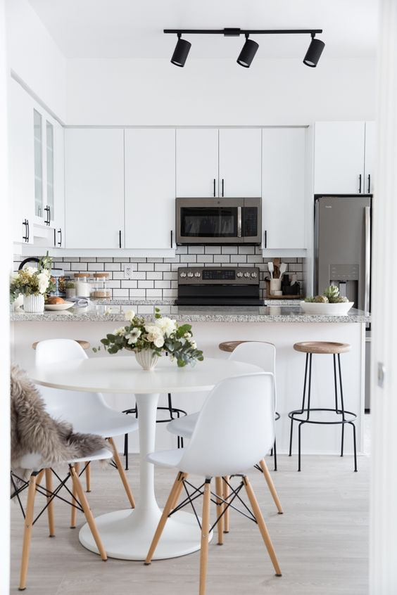 Design interior bucatarii albe cu loc de luat masa si insula