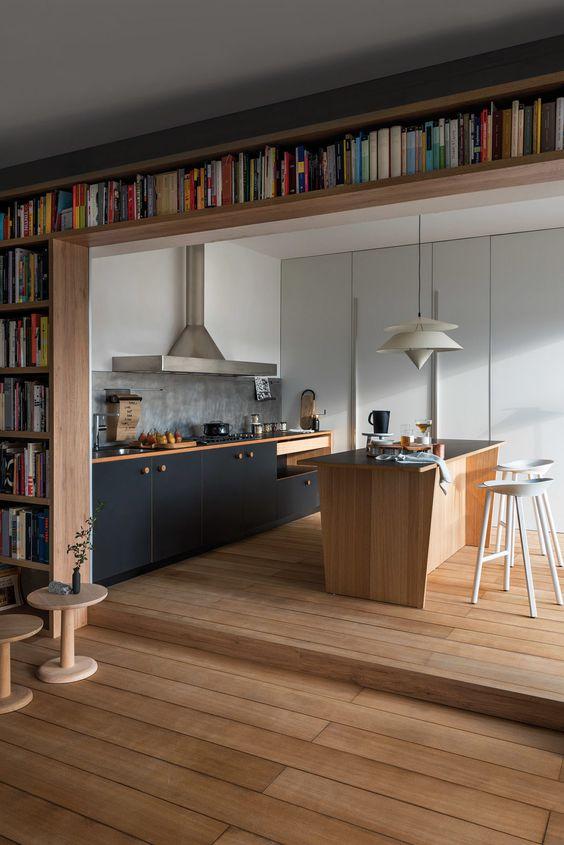Bucatarie albastra si living open space cu biblioteca