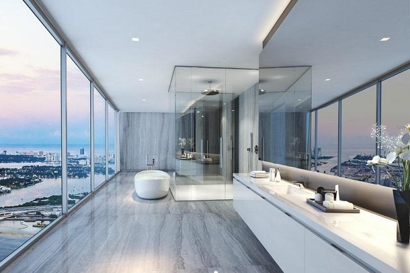 Baie cu vedere spre golf in apartamentul Beckham din Miami